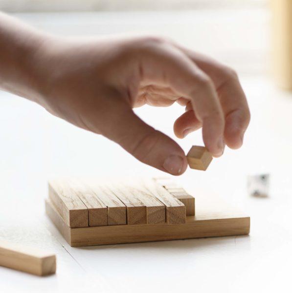 Mano de niño manipulando un puzle