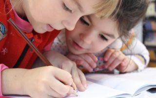 Dos niñas dibujando