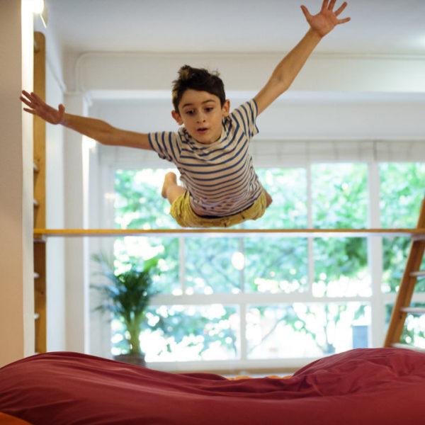 Espacio Senda niño saltando