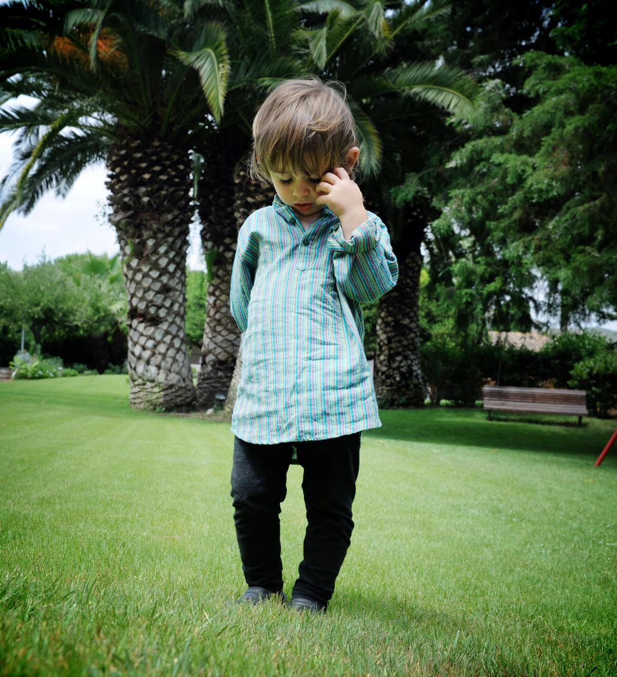 Niño pasea por un prado