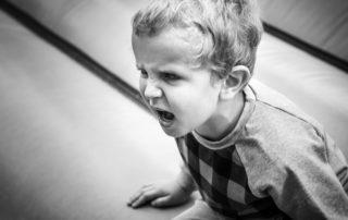 Niño tirano enfadado