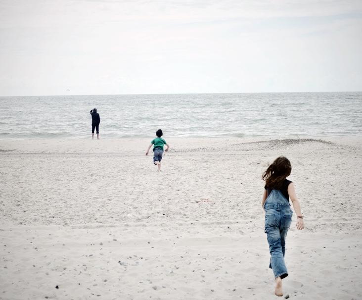 Grupo de niños corren en la playa